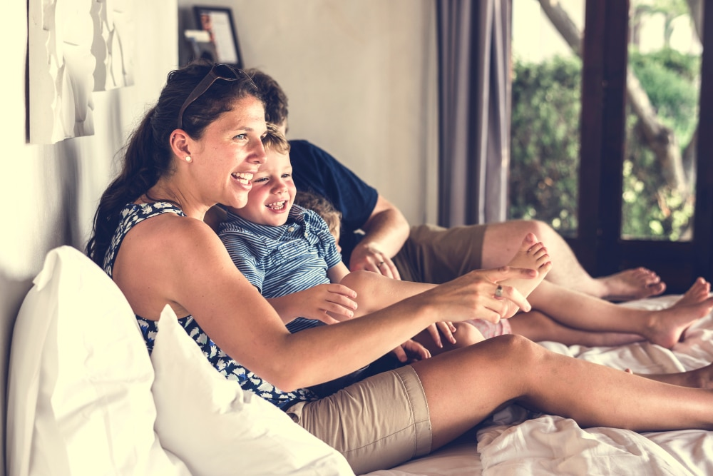 famille au camping qui profite de la TV